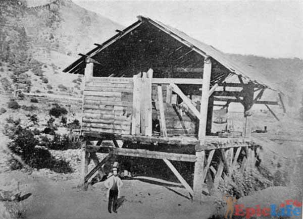 Джеймс Маршал плотник Зутера первым нашедший золото, около своей лесопилки