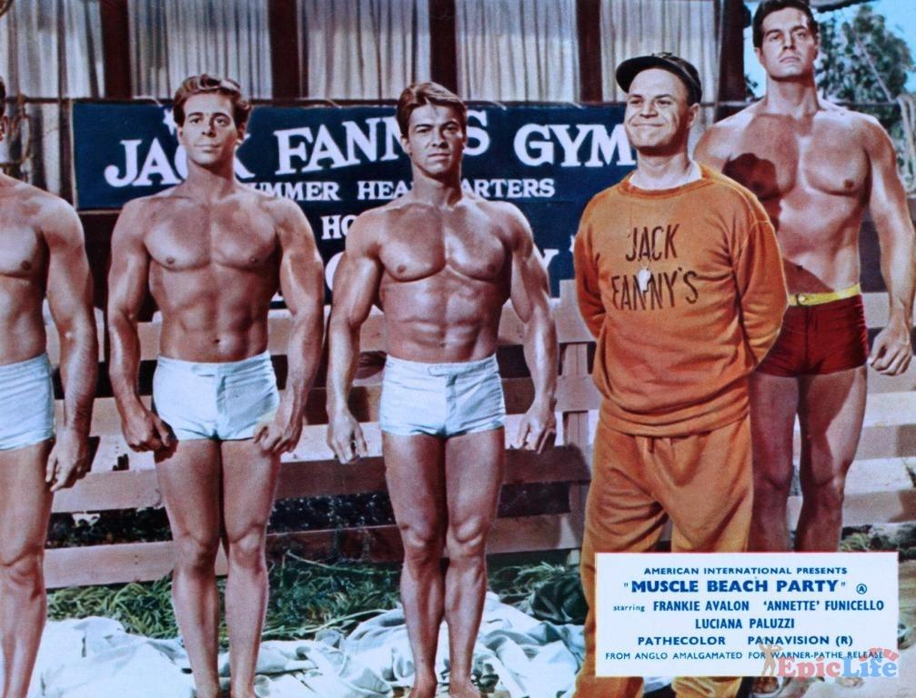 вечеринка на пляже мускулов