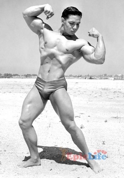 Билл Перл на пляже мускулов